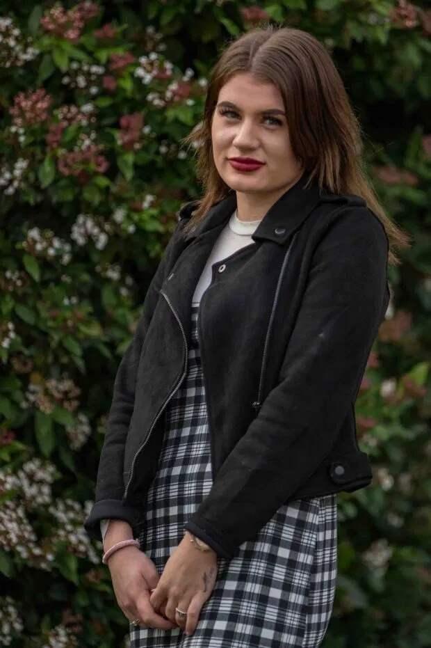 Насильнику по заслугам! Британка требует заслуженного наказания для отца-педофила, от которого беременела три раза