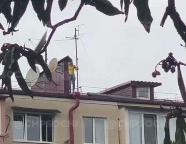 В Сочи неизвестная забралась на крышу и пыталась сломать антенну ВИДЕО