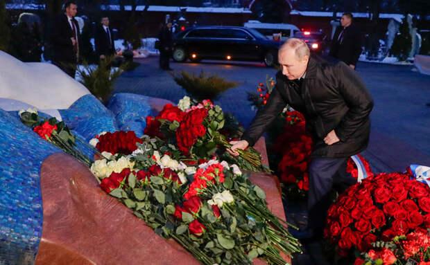 Владимир Путин во время возложения цветов к могиле Бориса Ельцина