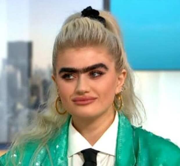 На бровях: модели-блондинке с пышной монобровью угрожают расправой за нестандартную внешность