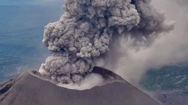 Вулкан на Курилах выбросил пепел на высоту в 2,3 километра