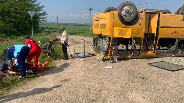 ФАН публикует видео с опрокинувшимся на крышу школьным автобусом на Кубани