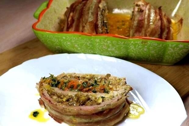Фото к рецепту: Слоёный мясной рулет с начинкой