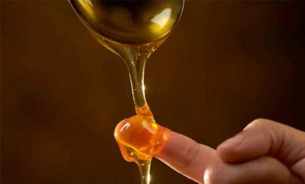 Проверяем чистоту меда: льем на палец и добавляем воду