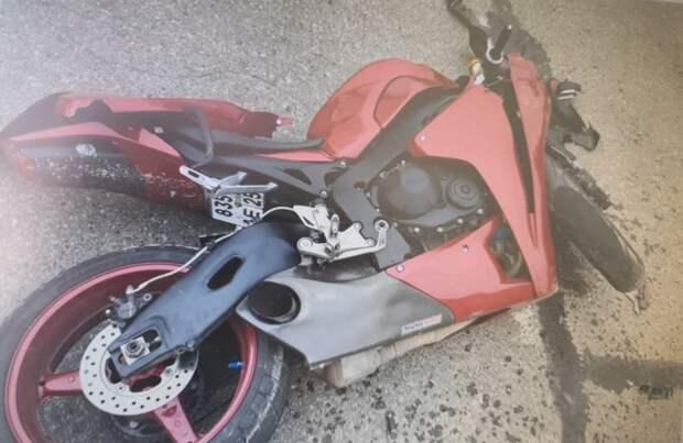Автомобиль сбил движущегося по главной дороге мотоциклиста