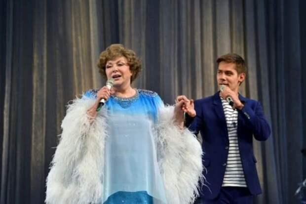 Певица с внуком, Стасом Пьехой | Фото: show-business.znaj.ua