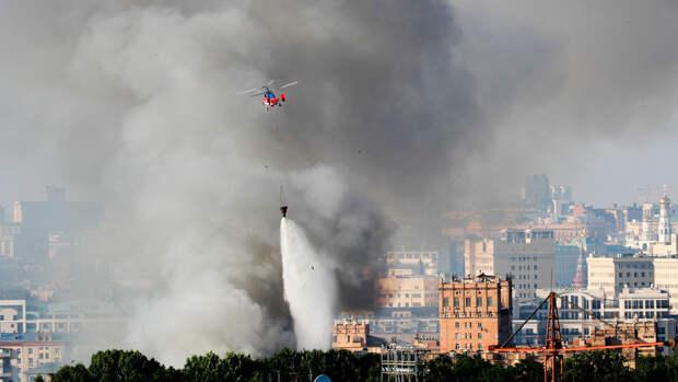 Трое пожарных и один сотрудник склада пиротехники пострадали при пожаре в центре Москвы