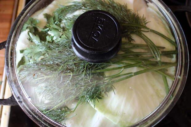 Все, что в чугунке - уварится минимум на треть, а то и на половину. В результате вы получите, что нижние слои овощей и мяса сварятся в собственном соку, а картофель и капуста приготовятся на пару.