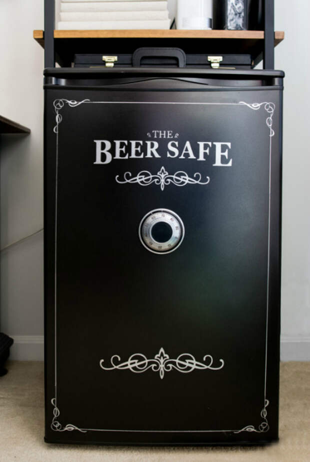 Стильный сейф из мини-холодильника.