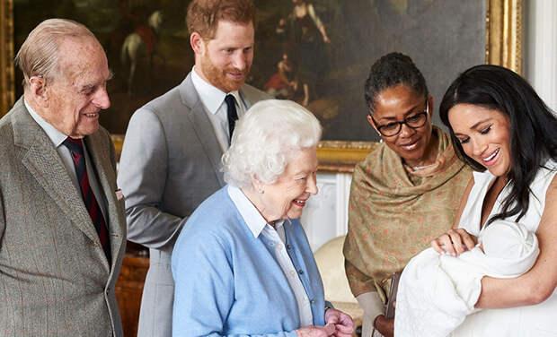 Королева Елизавета II поздравила сына Меган Маркл и принца Гарри с днем рождения