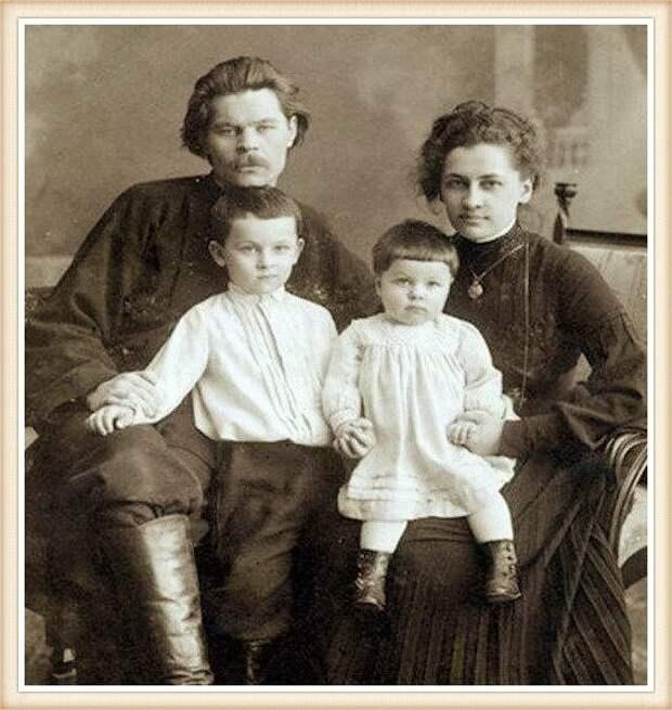 М. Горький и Е. Пешкова с детьми Максимом и Катей, 1904 год