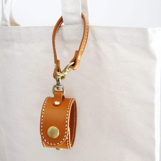 Практичный кожаный брелок на сумку