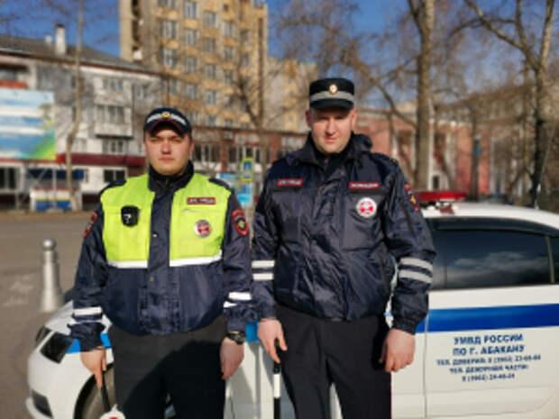 В Хакасии инспекторы ГИБДД УМВД помогли автоледи поменять колесо