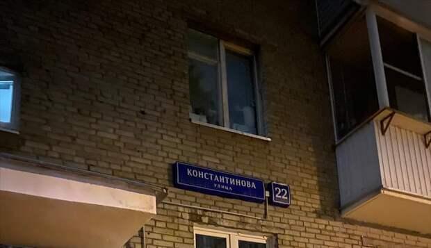 В доме на Константинова восстановили поврежденный уличный указатель