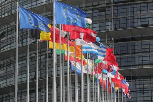 Флаги Европейского союза у здания Европейского парламента в Страсбурге