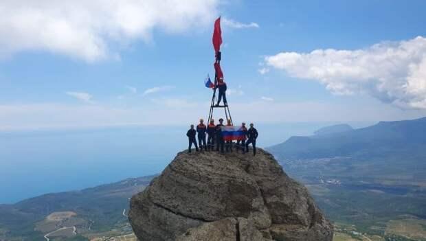 Российский триколор взвился на вершине горы Демерджи в Крыму