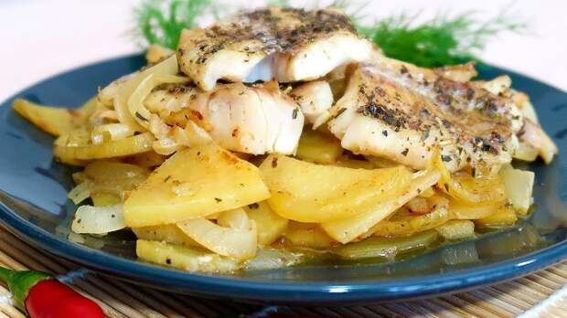 Минтай с картофелем. \ Фото: youtube.com.