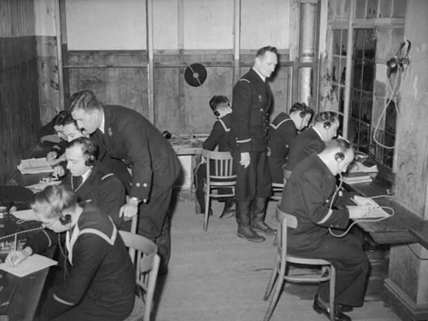 Новобранцы военно-морских сил Франции изучают азбуку Морзе в Англии, около 1943 года.