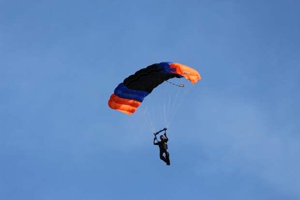 В Удмуртии опытный парашютист скончался в больнице после неудачного прыжка
