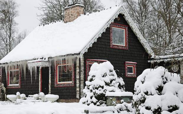 Дом и сад в снегу