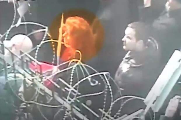 Суд заочно арестовал россиянку за нападение на посольство РФ в Киеве
