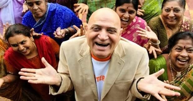Индийский врач-йог помогает оздоровиться и накачать пресс при помощи смеха