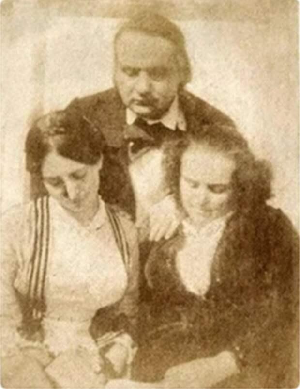Фото: foto-history.livejournal.com писатель Виктор Гюго с супругой и младшей дочерью Адель