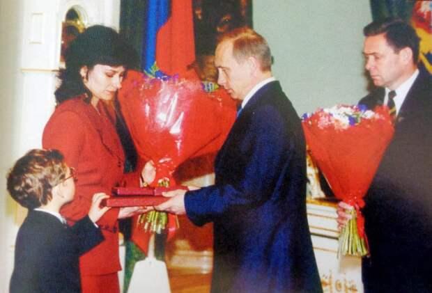 Президент России Владимир Путин вручает Звезду Героя вдове Андрея Тюнина