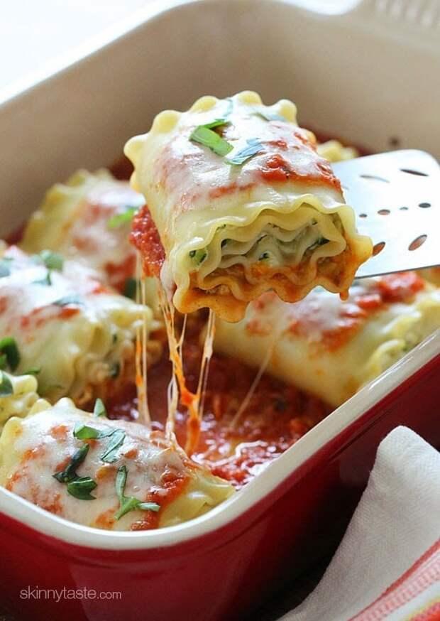 Рулетики лазаньи под сыром в томатном соусе — пальчики оближешь