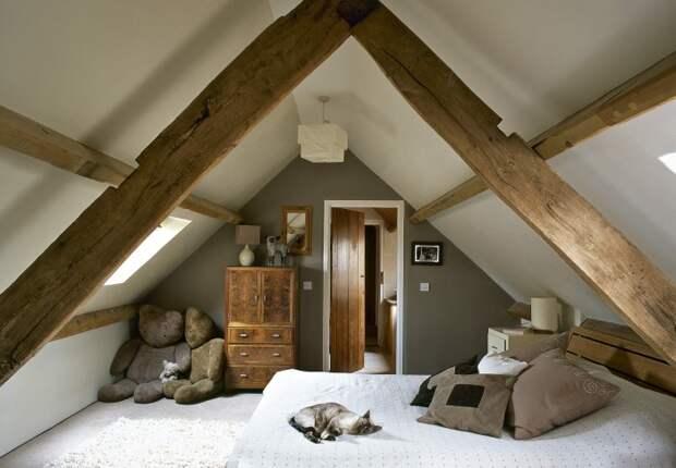 Покрасьте сам потолок в светлый оттенок: белый, бежевый, слоновой кости, а балки оставьте натуральной фактуры / Фото: na-dache.pro