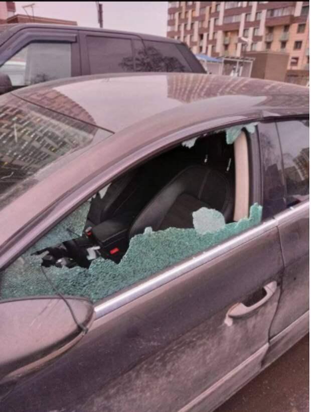 В Отрадном вандал разбил стекло автомобиля и вытащил регистратор