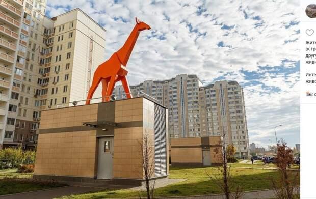 Фото дня: красный жираф наблюдает за жителями Марфина