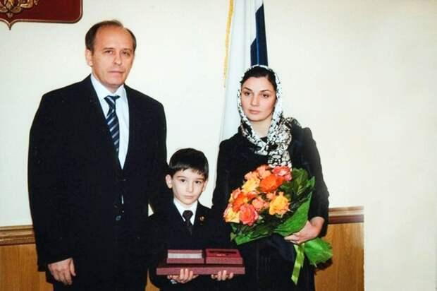 Директор ФСБ России Александр Бортников вручает Звезду Героя жене и сыну Алихана Калиматова