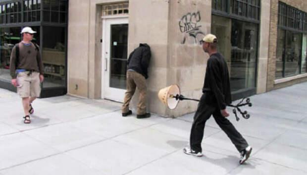 Скотч, который хочется пожалеть: остроумные инсталляции от Марка Дженкинса