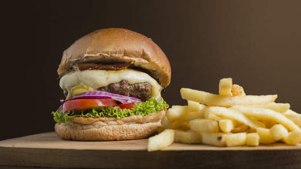 Россиянам объяснили, почему не существует безопасной нормы нездоровой еды