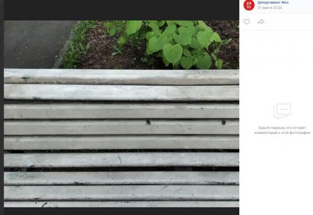 Коммунальщики устранили вандальные надписи на скамейках и урнах в Лазоревом проезде