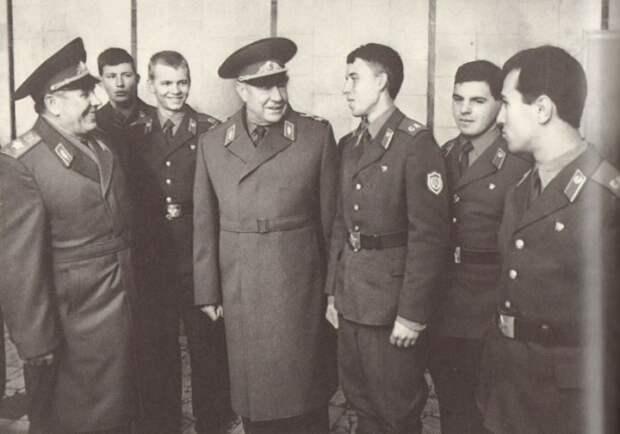 Солдаты и офицеры советской армии