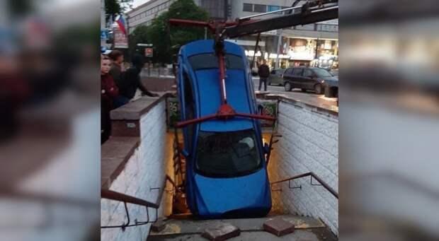 Иномарка в Симферополе нырнула в подземный переход