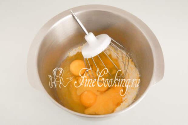 Следом разбиваем в чашу 5 куриных яиц