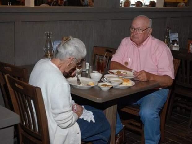 Молодой папа заметил, что люди смотрят на него и его сына в ресторане. На стекле своей машины он нашел записку с объяснением