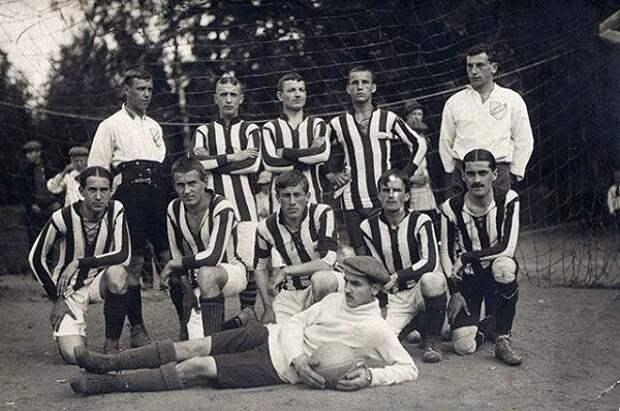 Чемпион Санкт-Петербурга 1912 года «Унитас». В белой форме справа — Петр.