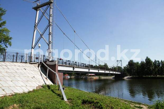Девушка спрыгнула с моста в Уральске