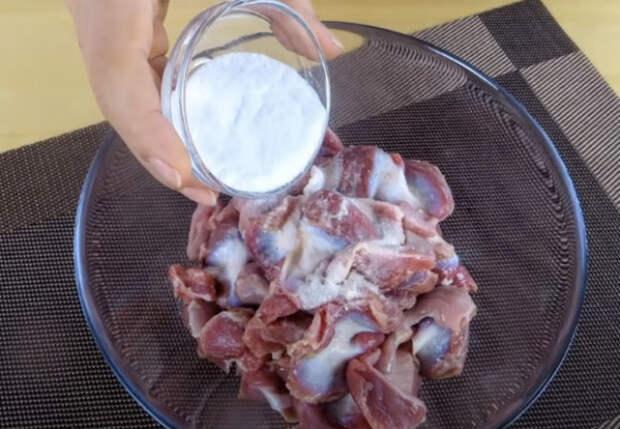 Посыпали куриные желудочки содой: закуска без затрат