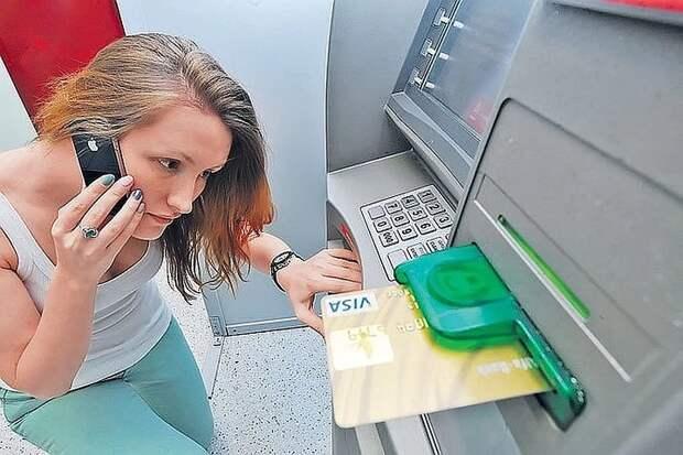 Банки разрешат снимать деньги с чужой карты по QR коду