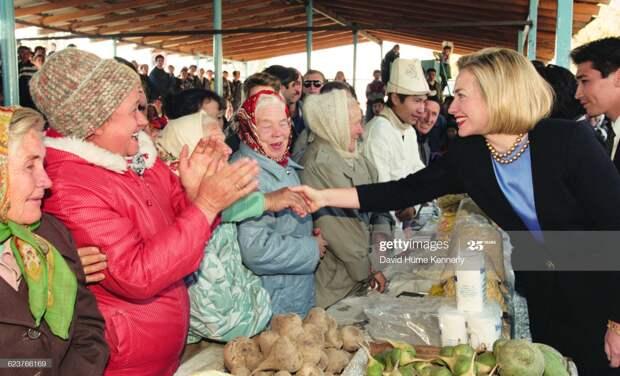 Первая леди США Хиллари Клинтон посещает Кыргызстан в  1997 году.