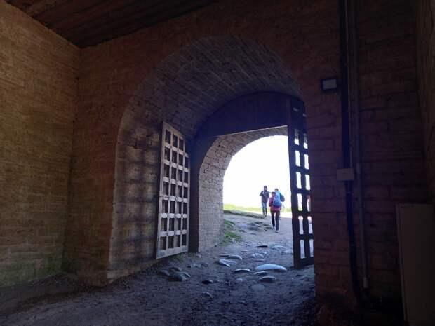 Майская поездка в Старую Ладогу. Древнерусская крепость. Пещера и храм. Прогулка по городу Волхову
