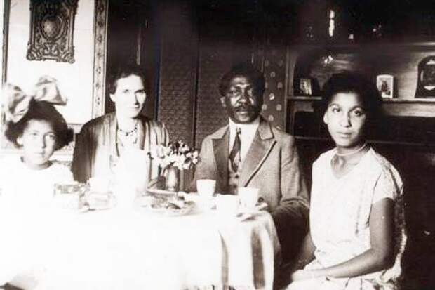 Семейство Дик, Манденга, Эмили и две их дочери Эрика и Дорис, Берлин 1920 год.