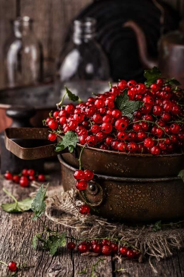 Красная смородина в дуршлаге в рустикальном стиле