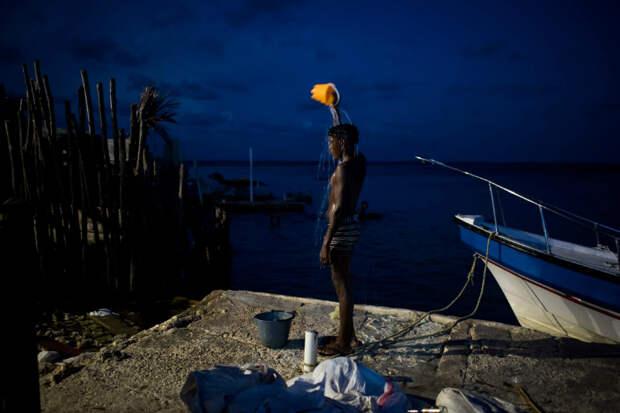 Ты мне — прическу, а я тебе — рыбу на обед: как тысяча человек уживаются на острове размером с футбольное поле
