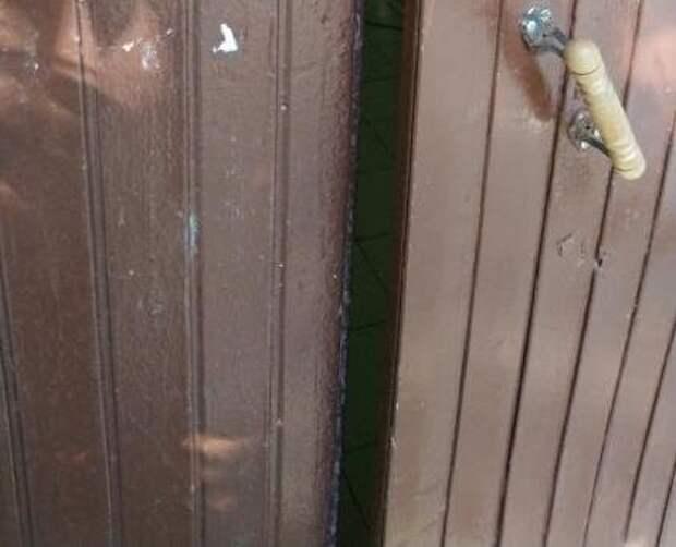 В доме на Енисейской отремонтировали дверной доводчик